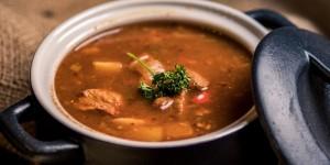 Kräftige hausgemachte Gulasch-Suppe
