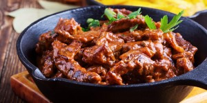 Zartes Rindfleisch in dunkler Sauce mit Gnocchi